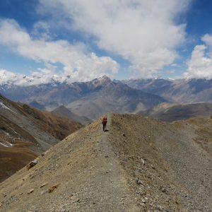 Abstieg auf der anderen Seite, karg und trocken (bei Charabu 4230Hm)